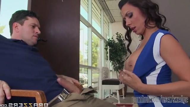 Oteldeki resepsiyonist kızı sikiyor