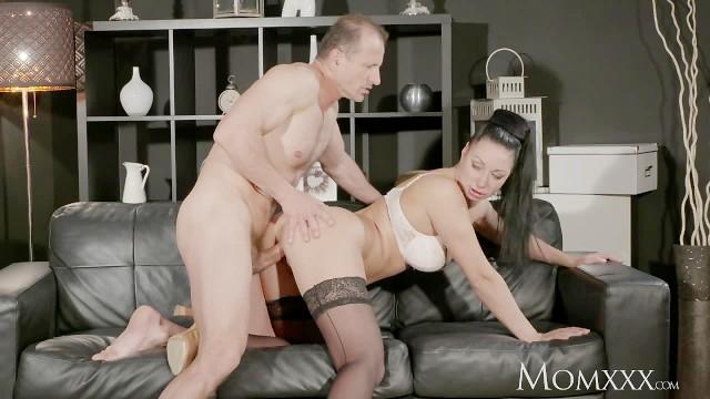 Porno izleyen kadın boşalıyor