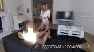 Esmer pornocu ofiste striptiz yapıyor