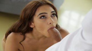 Bağlılığını Tam Anlamıyla Göstermek İçin Ağzına Alıyor